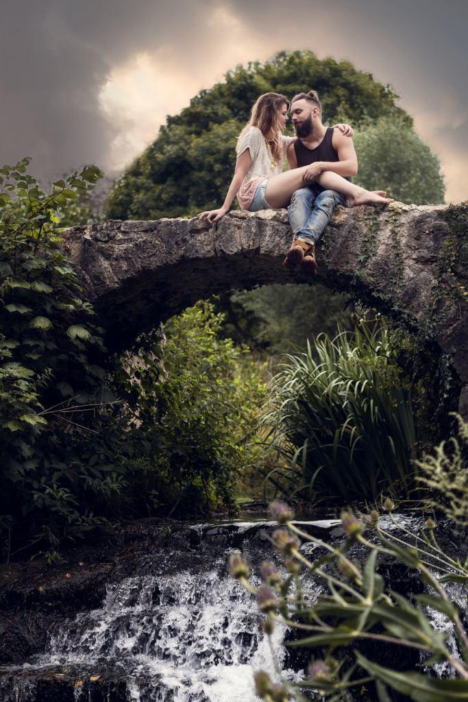 Séance photo de couple sur un pont suspendu