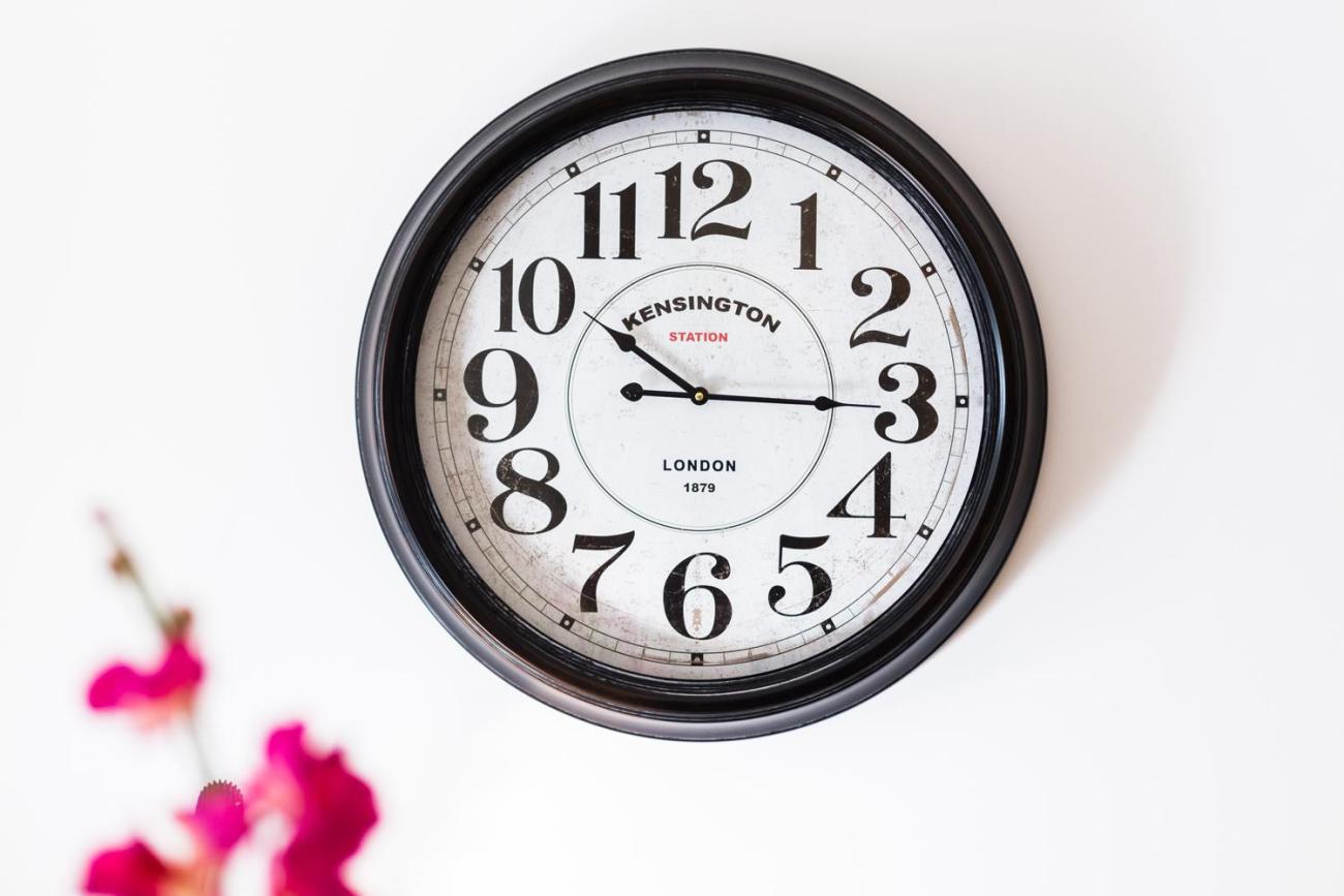 L'horloge tourne pendant les préparatifs d'un mariage