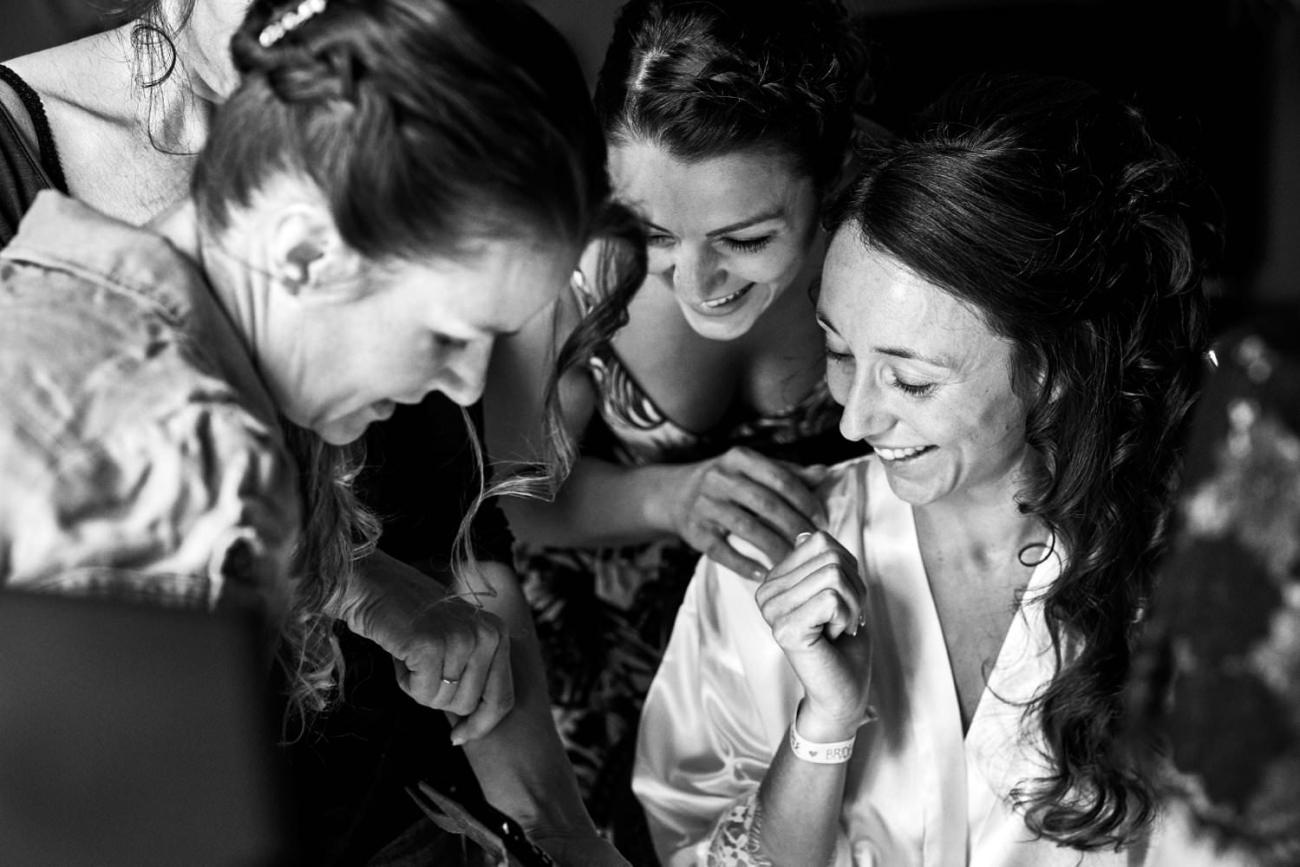 Préparatifs mariage mariée entourée de ses amies