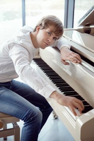 V rozhodujících okamžicích vítězí pozitivní hodnoty, říká klavírista Matyáš Novák a hraje skladby na přání (3)
