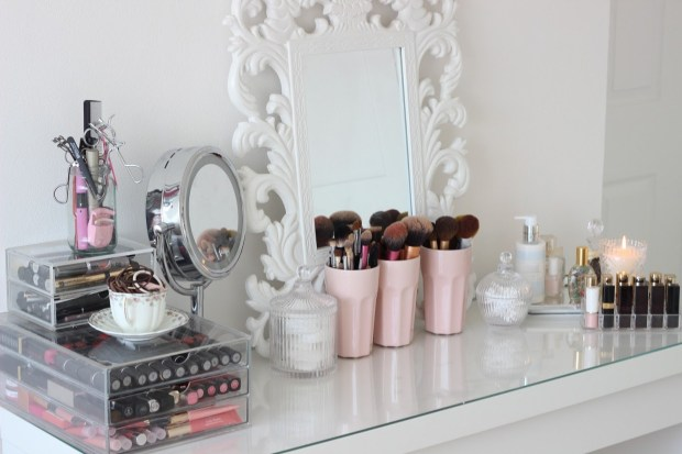 Pedestal mirror on a dressing table