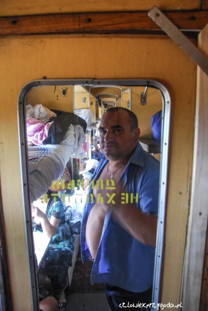 Wladimir konduktor naszego wagonu - sfotografowany w pozie grożąco straszącej