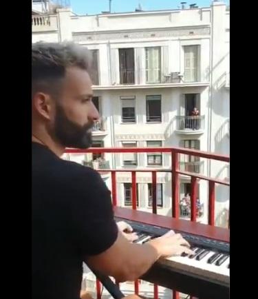 Koncert w Barcelonie na balkonie.