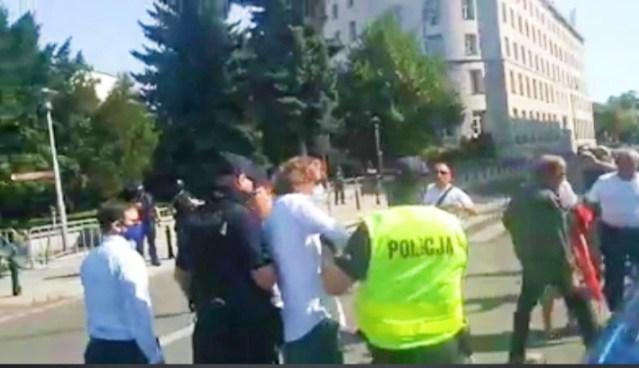 VIDEO! Dziennikarz TVN24 zaatakował uczestnika protestu. 12.09.2020
