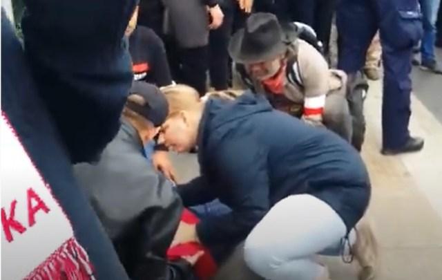 Zastraszona kobieta przez policję ma atak padaczki.