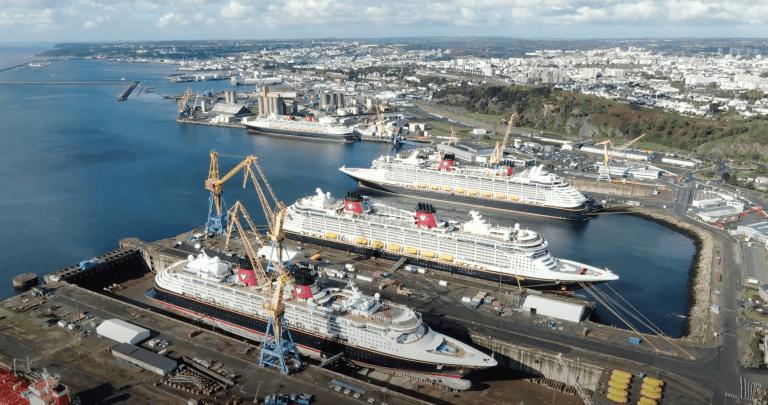 De volledige vloot van de Disney Cruise Line bijelkaar in Brest, Frankrijk