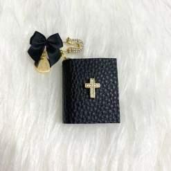 Anstecknadel mit Bibel schwarz 1Buchstabe