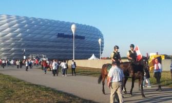 Berittene Polizei vor der Allianz Arena