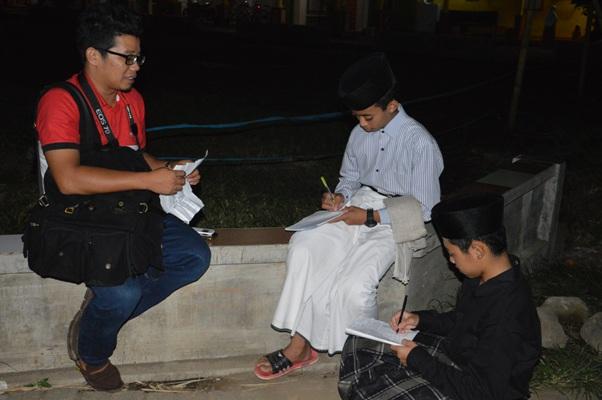Team journalist pondok sedang melakukan wawancara kepada salah satu tamu