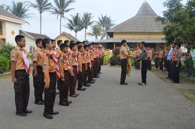 Penyerahan Bendera Pondok Kepada Ketua Kontingen