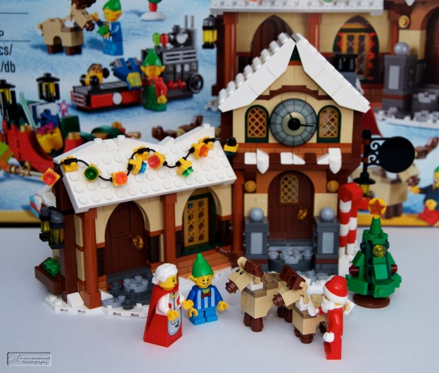 Devant l'atelier du Père Noël