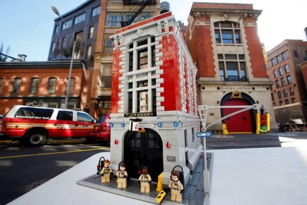 Le quartier général des Ghostbusters devant l'original à New York avec les minifigures (LEGO)