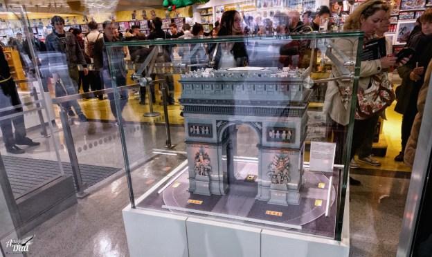 L'arc de Triomphe vu de l'extérieur, vous pouvez voir l'affluence du magasin (D.Stankovski)