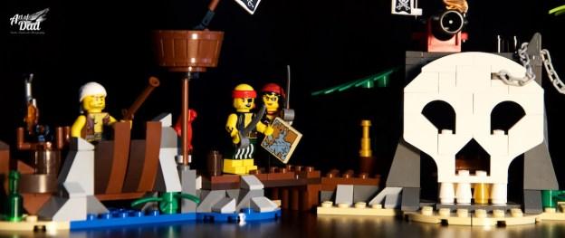 Sur l'île au trésor, les pirates sont rejoins par le flibustier (D.Stankovski)
