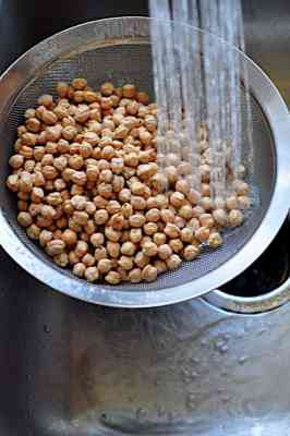Rinsing chickpeas