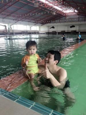 สอนเด็กว่ายน้ำ