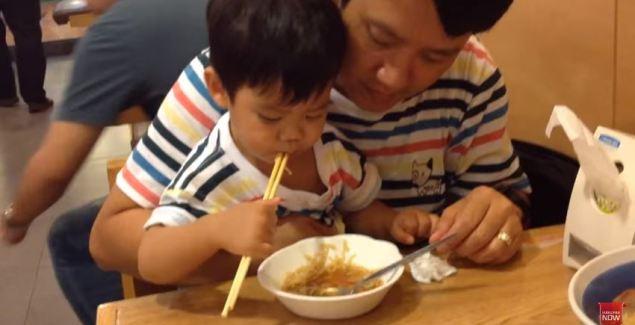 วิธีฝึกพัฒนาการเด็กให้ใช้ตะเกียบ by DaddyThumb