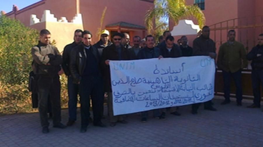 أساتذة ثانوية صلاح الدين الأيوبي بتنغير يحتجون مطالبين بصرف مستحقات الساعات الإضافية