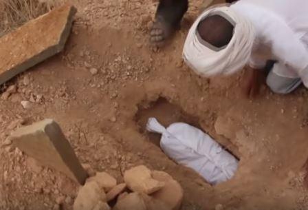 آيت هاني: بعد ثلاث سنوات من اختطفها تشييع جنازة على ساقي الطفلة «خديجة «ضحية الباحثين عن الكنوز»