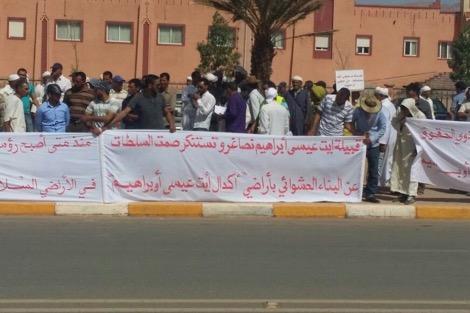 سكان قبيلة آيت عيسى أوبراهيم يحتجون أمام مقر عمالة تنغير ضد «الاستبداد والترامي على أراضيهم»
