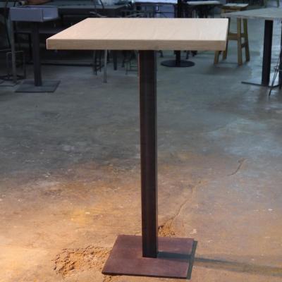 Mesa Q 110cm estructura pintado óxido con sobre de 70x70 en roble