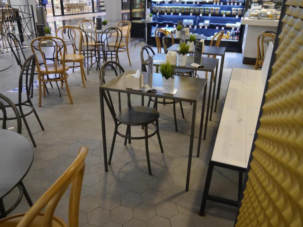 Instalación de Mesa Neo en plancha, mesa pigalle en plancha combinado con silla cabaret y 7701 mas banco cadaques