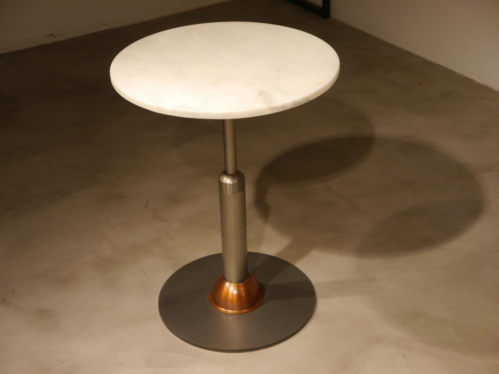 Mesa malcontenta con adorno en cobre con sobre de mármol blanco 56cm