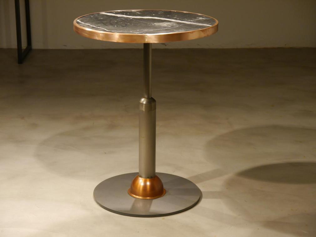 Mesa Malcontenta con adorno de cobre con sobre mármol negro de 56cm aro de cobre