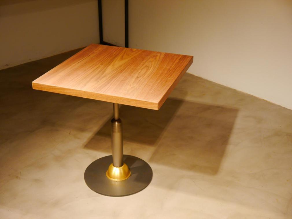 Mesa Malcontenta con adorno de latón con sobre de formica negra de 56cm y aro lat?n