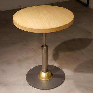Mesa Malcontenta con adorno latón con sobre de roble de 70cm