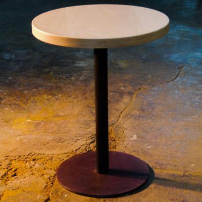Mesa Disco pie pintado oxido con sobre de 60cm en roble