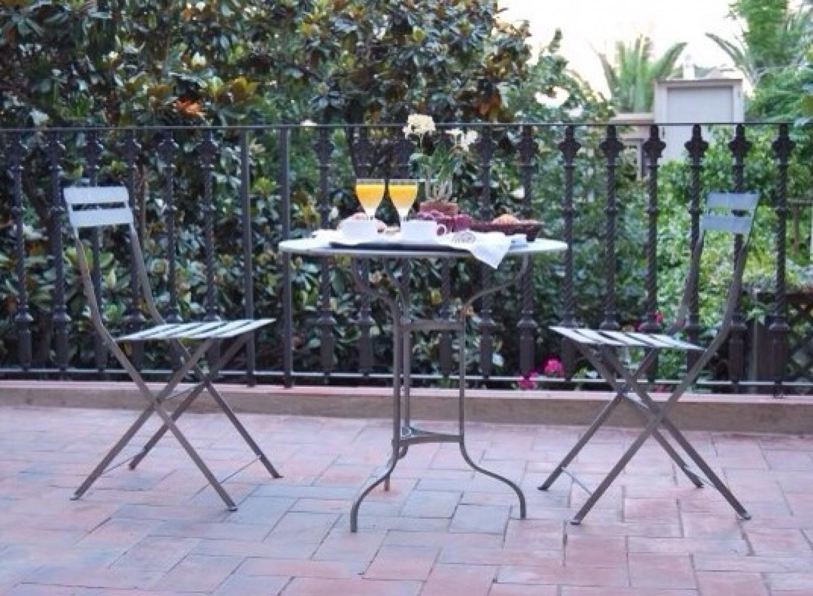 Instalación de mesa Pigalle con Sillas Café de París