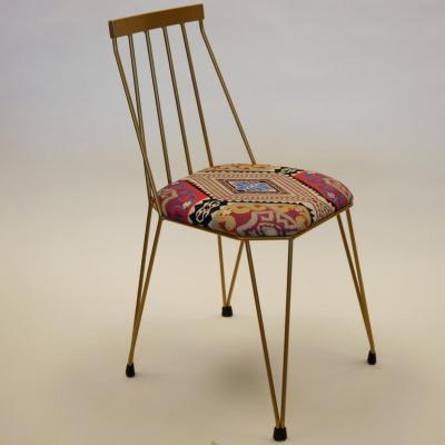 Silla Teia estructura pintada dorada asiento tapizado textil
