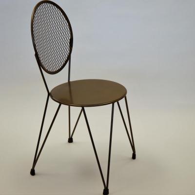 Silla Mariona asiento plancha en hierro natural barnizado.