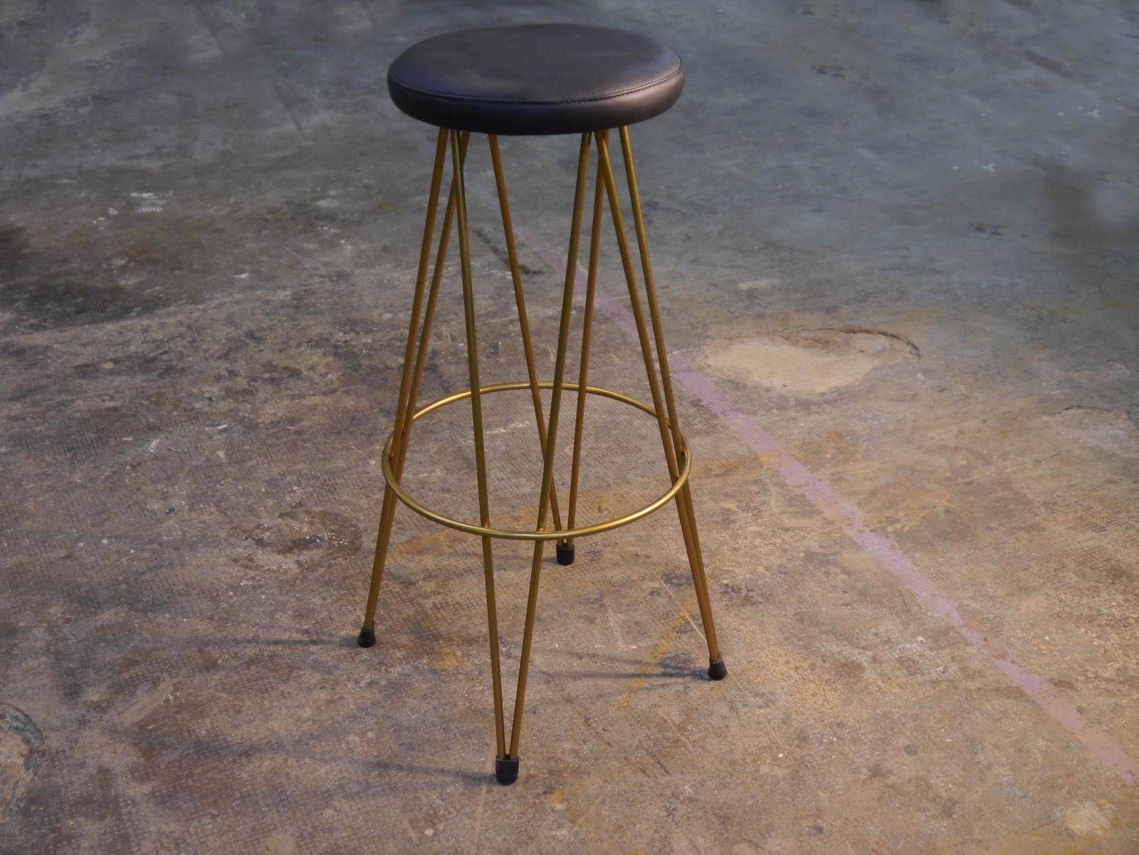 Taburete Dopey estructura dorada asiento piel negra