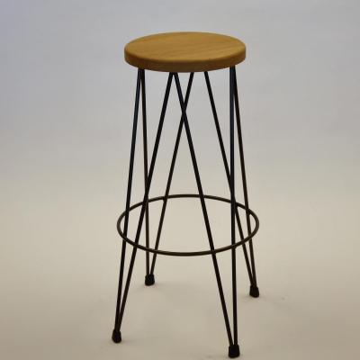 Taburete Dopey estructura hierro asiento madera de roble