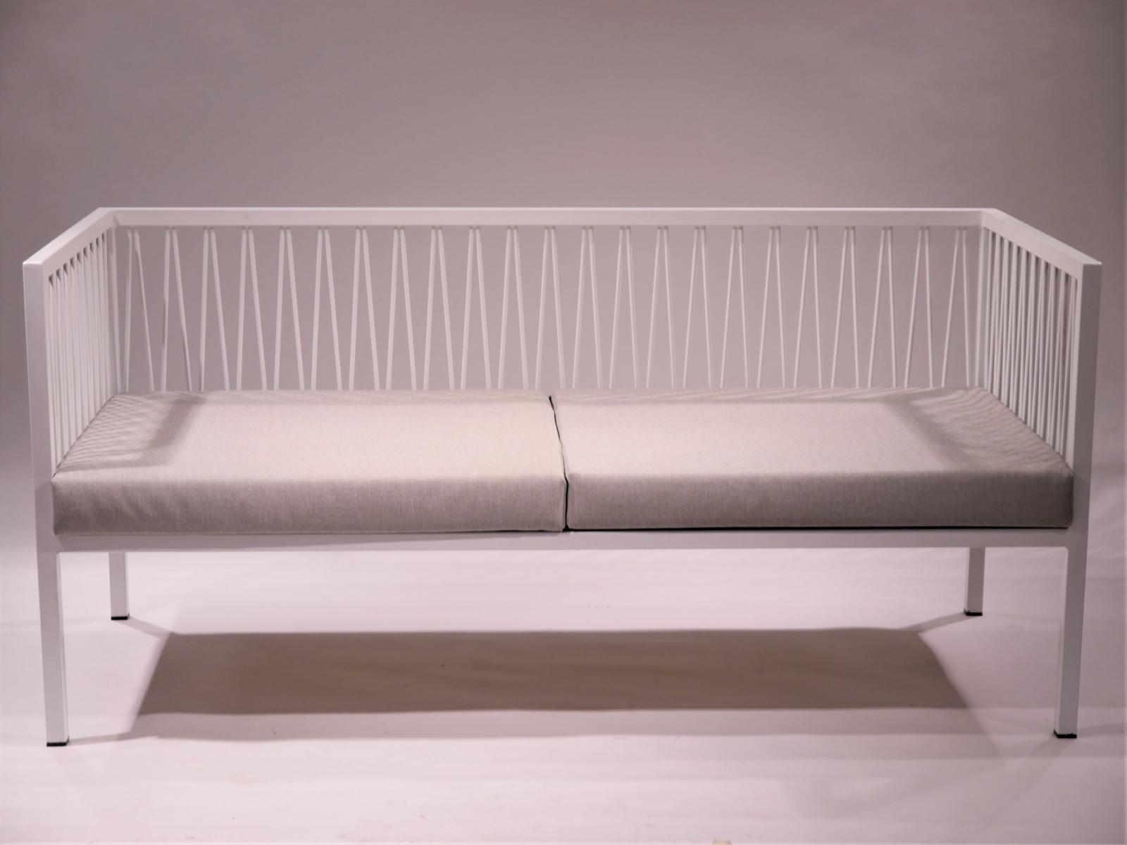 Sofa Montsant estructura de hierro lacada en blanco con asiento sintetico exterior