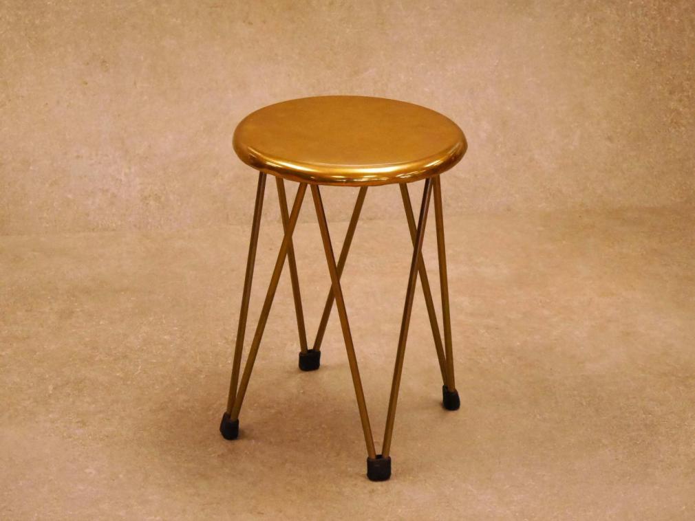 Taburete Dopey H-45 estructura pintado dorado asiento de laton