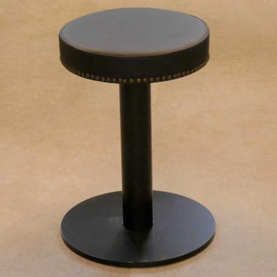 Taburete VOOL 45 asiento sintético negro con tachuelas latón envejecido