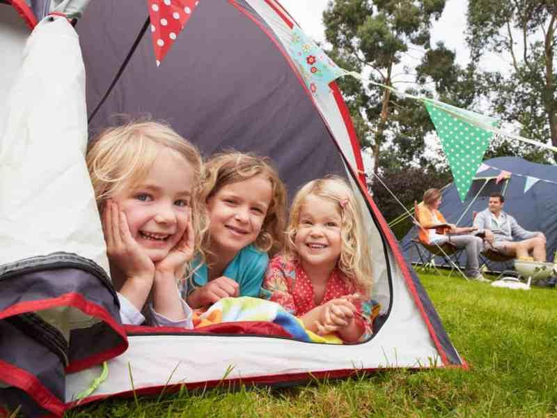 Dziewczynki w namiocie na kemping.