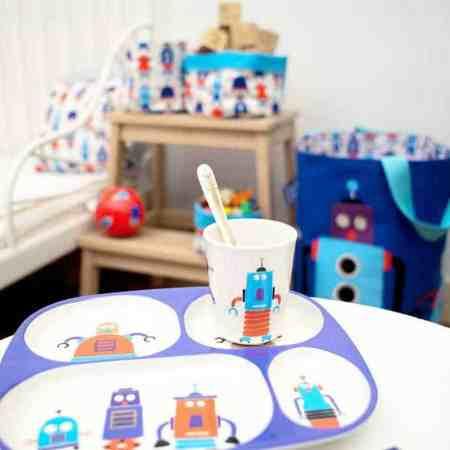 Zestaw obiadowy Petit Jour Paris z robotami, w tle pokój dziecka