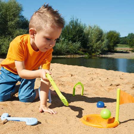Chłopczyk gra w golf - zabawka Haba