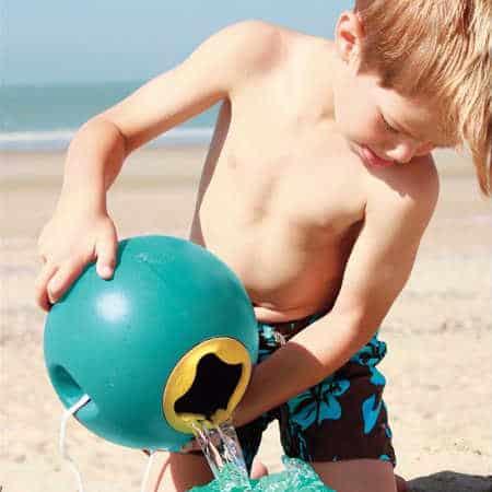 Chłopczyk nosi wodę w wiaderku Quut Ballo