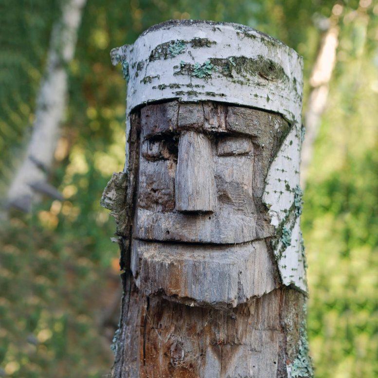 Escultura de árbol moderna de un vikingo.