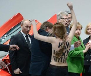 UNA DELLE FEMEN CONTESTA PUTIN ANGELA MERKEL SBIGOTTITA