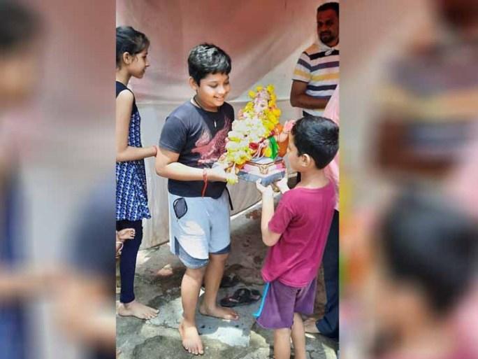 કાલોલ નગરમાં કોરોનાવાઇરસથી પ્રતિબંધને કારણે બાળકો દ્વારા માટીના ગણપતિ બનાવી ઘરની બહાર જ વિસર્જન કરાયું હતું.