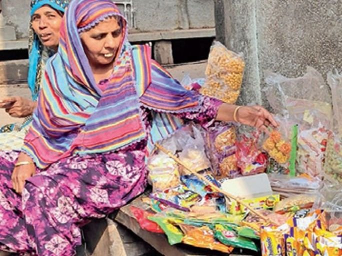 નજમાબેન ઓટલા પર છૂટક વસ્તુઓ વેચી તથા ખલીલ છીત્તલ પાનના ગલ્લા દ્વારા રોજગારી મેળવે છે. - Divya Bhaskar