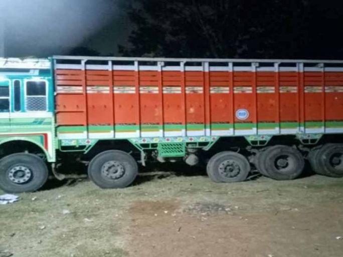 ગુનો આચરવામાં વપરાયેલી ટ્રક  તથા રિકવર કરેલો સોયાબીનનો જથ્થો નજરે પડે છે. - Divya Bhaskar