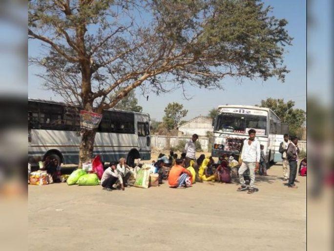 ફતેપુરા તાલુકાના બસ સ્ટેશને મોટી સંખ્યામા મજુરી અર્થે બહાર ગામ જતો ગરીબ વર્ગ નજરે પડે છે. - Divya Bhaskar