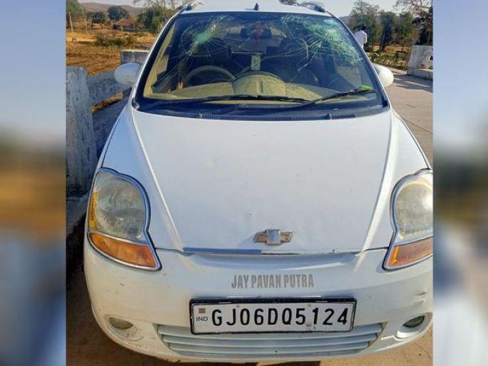 બંન્ને પક્ષોની તકરારમાં કાર્યકરોએ ગાડીના કાચ તોડીને ગુસ્સો પ્રગટ કર્યો - Divya Bhaskar